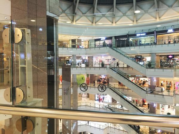 去年5月,徐家汇港汇恒隆广场将5、6楼两个楼层加装防护玻璃,形成了约1.8米高的玻璃墙。
