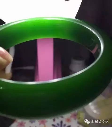 现代制作工艺较好的仿翡翠玻璃的气泡虽然比较小,用10倍放大镜配合