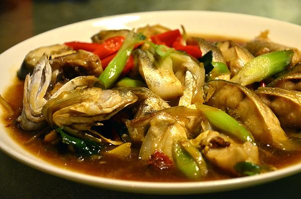 铁板文蛤,文蛤包裹在锡箔纸中烹制,很好的保留了食材的原味,毫不流失