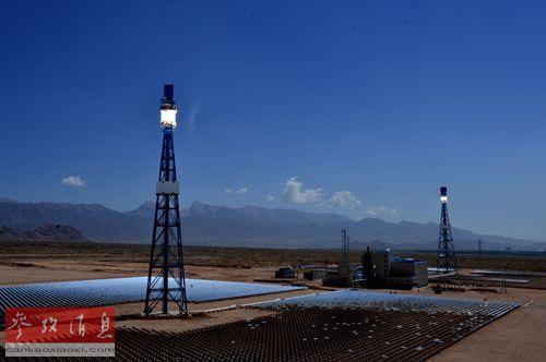 材料图像:青海德令哈50MW塔式太阳能热发电站一期全貌。新华社记者王博摄