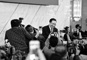 昨天发布会后王国庆接受记者采访。 新华社发