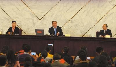 昨天,全国政协十二届四次会议首场发布会举行。政协新任发言人王国庆回答记者提问。京华时报记者周民摄