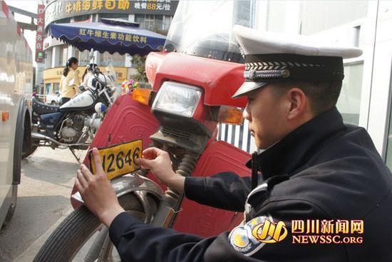 摩托车吊挂白纸制造的号牌被查现场。