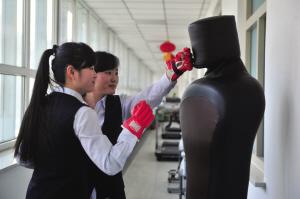 双胞胎姐妹赵欣竹和赵欣宇,通过打拳击排解工作压力