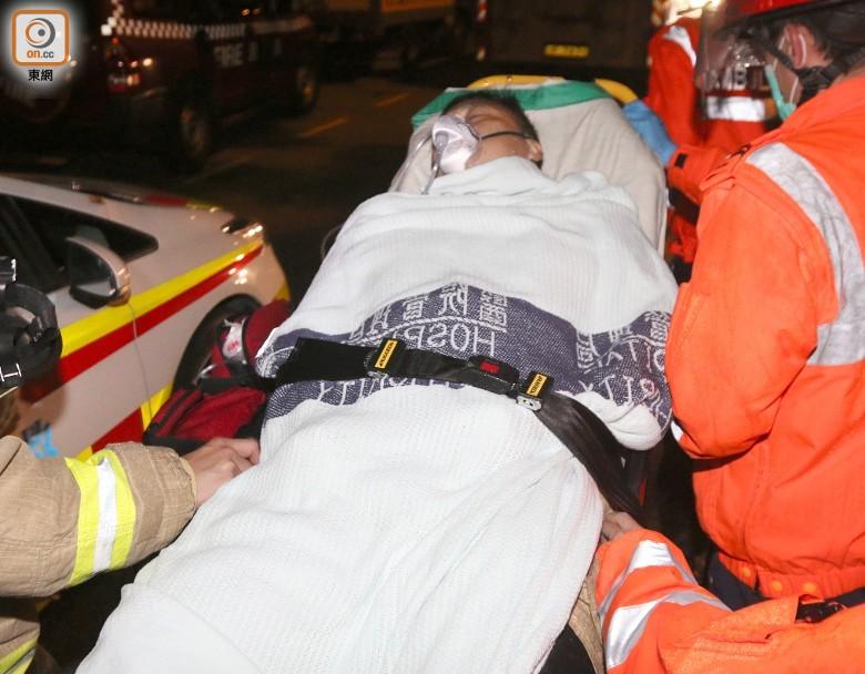 一位救火员因吸入浓烟不适送往病院