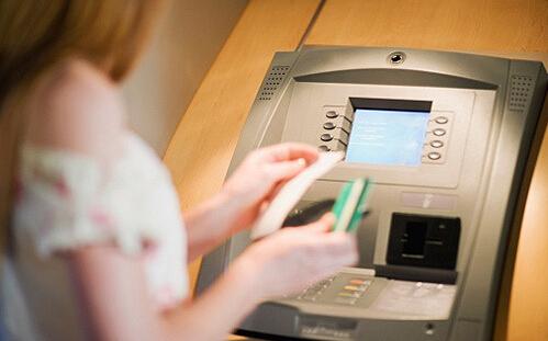 5、凭签名可取回被ATM吞掉的卡。持卡人在银行ATM机上取钱时,若机器出现问题发生吞卡现象,银行工作人员在无法核实事主身份的情况下,也可以通过银行卡背面签名与登记簿上的签名进行核对,以此为据办理退卡等业务。