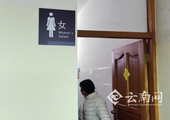 云南高校女厕现偷窥:男子以俯卧撑姿势趴过道