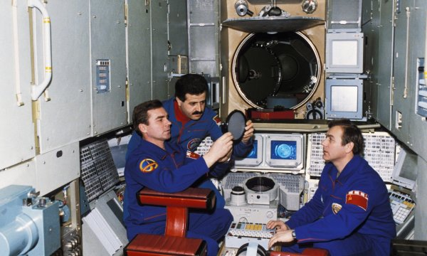 法里斯(中)在和平号空间站上做实验