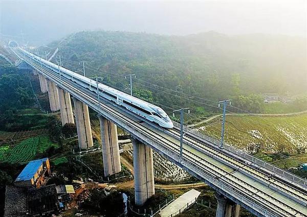 铁路投资要保持在8000亿元以上,新投产里程8000公里以上。