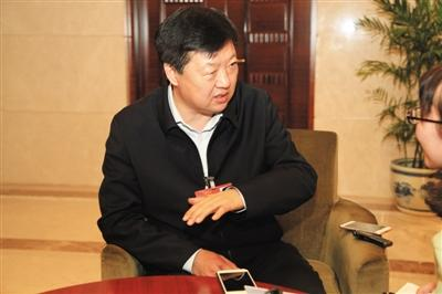 昨日下午,全国人大代表、哈尔滨市长宋希斌在驻地接受新京报记者专访。张磊 摄