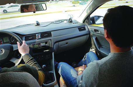 锻练车上装置了监控设施,及时监控车内教诲情况。 /晨报记者 张佳琪