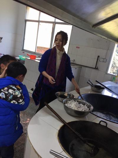 邓紫棋下厨为学生做菜