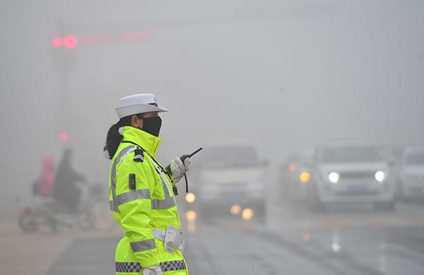 2015年11月9日,银川市金凤区北京路与正源街路口,一名交警正在执勤。 视觉中国 资料