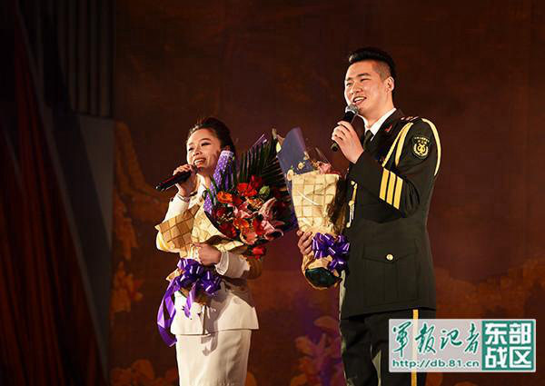 图为东部战区陆军部前线文工团到驻闽某通信团慰问演出。