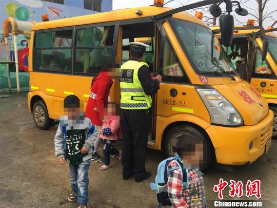 民警疏散上学幼童 袁文忠 摄