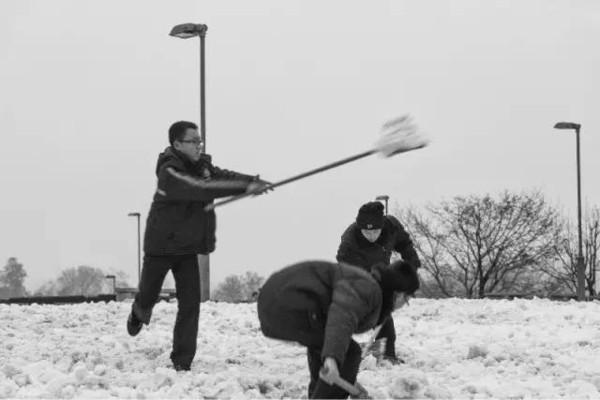 广场上为了某些活动排练的人,虽 组织来扫雪的的学生,想想自己当图片
