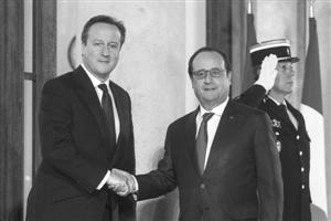 法国总统奥朗德(前右)与来访的英国辅弼卡梅伦握手 新华社发