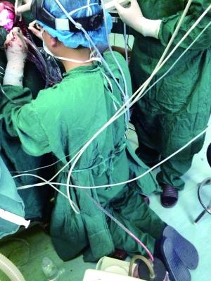 跪2小时为做手术 医生跪2小时为患者做手术