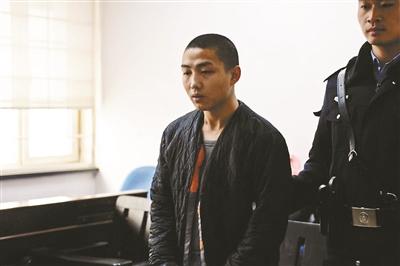 被告人张某控制68台计算机出售流量牟利摄影/本报记者 汪震龙