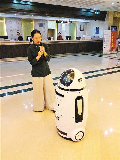 3月3日晚上,在全国人民代表大会陕西代表团驻地酒店的一楼大厅里,一个智能机器人的亮相,吸引了许多代表和工作人员的注意。