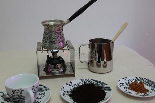 制作 咖啡 土耳其/土耳其咖啡是一种历史悠久且至今依然颇为流行的咖啡萃取法。
