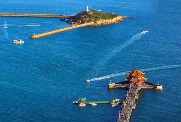 青岛春天的海边栈桥,一种沧桑大气中透露出的小俏皮