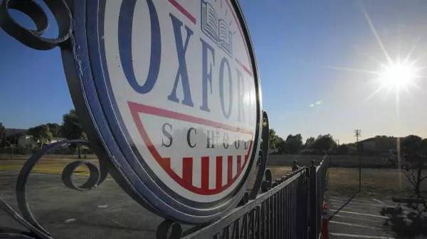 矶时报》描述,牛津学校的概况如下:一组由活动板房构成的可移图片