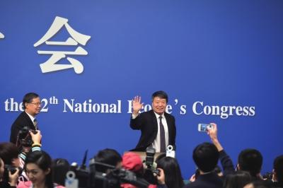 国家发改委主任徐绍史向记者挥手。京华时报记者潘之望摄