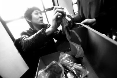 王先生带着购买的一盒文胸来到法庭。京华时报记者赵思衡摄