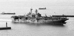 """3日,参加韩美军演的""""好人理查德""""号两栖攻击舰抵达韩国釜山。东方IC供图"""