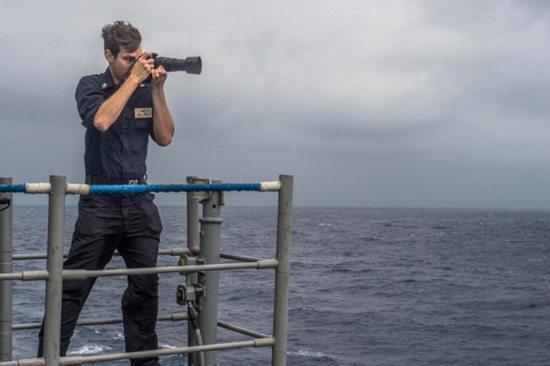 "<b>美称航母战斗群被中国军舰""包围"" 现场公开</b>"