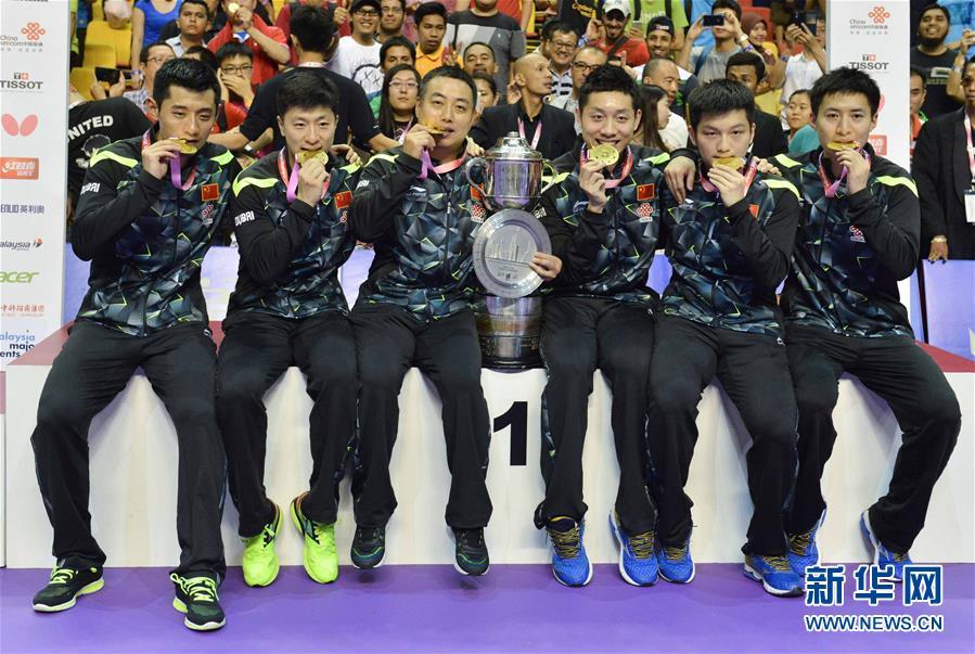 国家队总锻练刘国梁(左三),队员张继科、马龙、许昕、樊振东和方博(从左到右)在颁奖典礼上合影