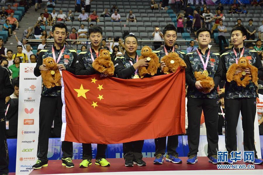 3月6日,国家队总锻练刘国梁(左三),队员张继科、马龙、许昕、樊振东和方博(从左到右)在颁奖典礼上合影