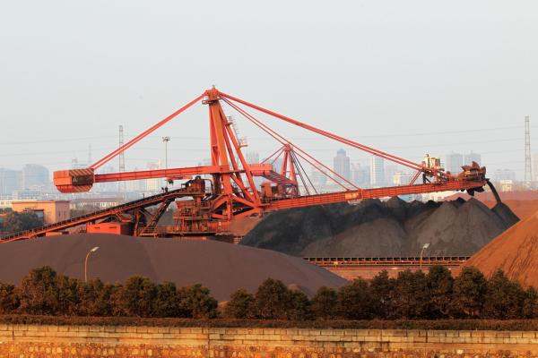 铁矿石价钱的涨势更是让人跌破眼镜:青岛港铁矿石到港价钱跳涨19%,报63.74美圆/吨,创最大单日涨幅。 东方IC 材料