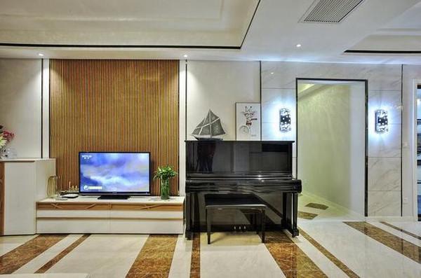 客厅放着一台钢琴,主要是给小孩子学习用的,我老婆是幼师 ,从小教