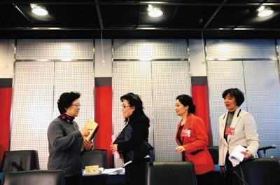 昨日,铁道大厦,全国政协妇联界别小组会,四位女委员在小组会结束后站在座位旁讨论。新京报记者 薛�B 摄