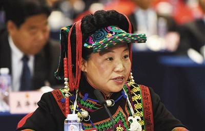 昨日,全国人大代表骆云莲在四川代表团全体会议上发言。 新华社记者 薛玉斌 摄