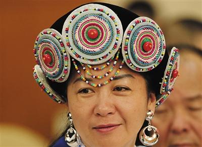 昨日,云南代表团纳西族代表杨劲松身穿民族服装参加全体会议。 新京报首席记者 陈杰 摄