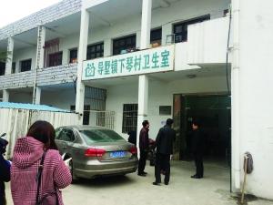 张宝生生前工作照(翻拍)以及最后工作的地方 现代快报记者 林清智 摄