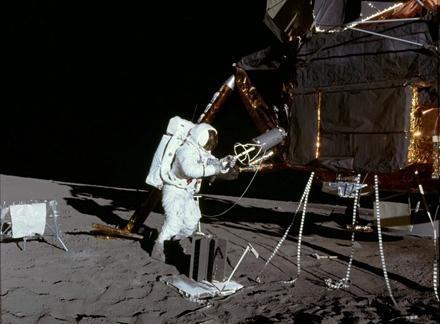 图为登月宇航员艾伦?宾从阿波罗12号上取出核电池的画面。实际上,从阿波罗12号,一直到阿波罗17号都使用了核电池,型号为SNAP-27。