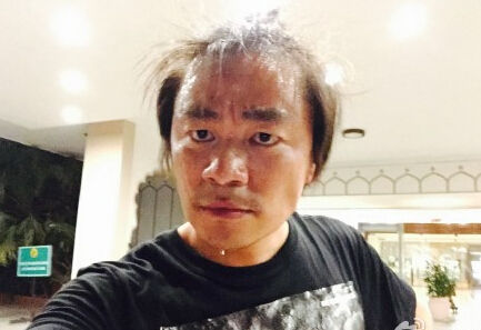 王宝强与粉丝自拍_王宝强晒搞笑自拍 满头大汗头发\