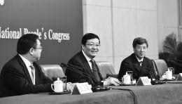 """3月7日,十二届全国人大四次会议新闻中心举行记者会,邀请财政部部长楼继伟、部长助理许宏才就""""财政工作和财税改革""""的相关问题回答中外记者的提问。 新华社记者 赵颖全 摄"""