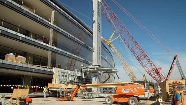 """由于大楼外部全部使用巨幅弧形玻璃构成,苹果公司不得不使用特制的起重机器""""操纵者""""来将这3000多块玻璃安装到位。据统计,面积最大的外墙玻璃可达46英尺(约合14米)长,10.5英尺(约合3米)宽。目前,主楼的玻璃外墙已经完成了三分之一。"""