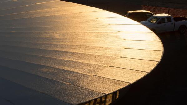上月,苹果公司已经成功将屋顶安装到了一楼全景大厅的顶部。