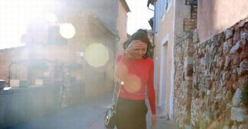 高圆圆丸子头俏皮 沐浴阳光上围丰满图片