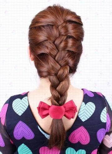 时尚 正文  【第四款】 步骤1:从头顶开始全头扎蝎子辫,方法见发型一!图片