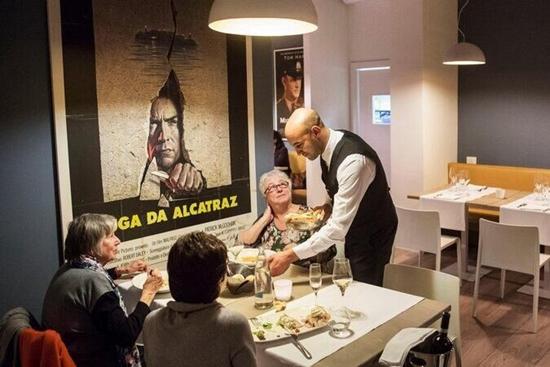 意大利监狱开餐厅大受欢迎 竟聘请囚犯当员工(图)
