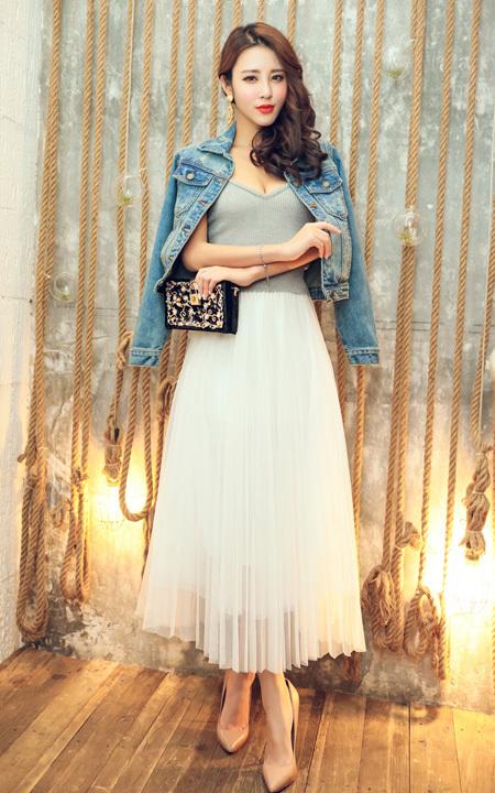 复古磨破牛仔面的设计,彰显时尚个性,搭配百褶雪纺长裙,美不可言