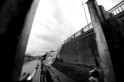3月8日,位于长沙市三一小道的浏阳河大桥东、南半幅路基呈现垮塌。垮塌段约20米长、1.5米宽,为引桥南半幅人行道一局部。本次垮塌未形成职员伤亡和车辆丧失。今朝现场曾经配置阻隔围挡等,交警在引导交通,车辆仍可放行。