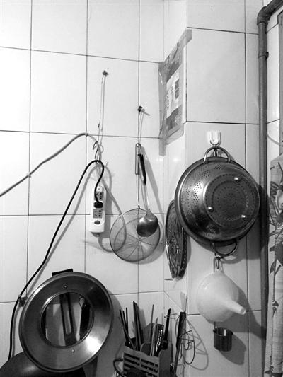 章大伯昨天指着灶台上这些炊具说,自从王阿姨来了后,家里比以前干净太多了。